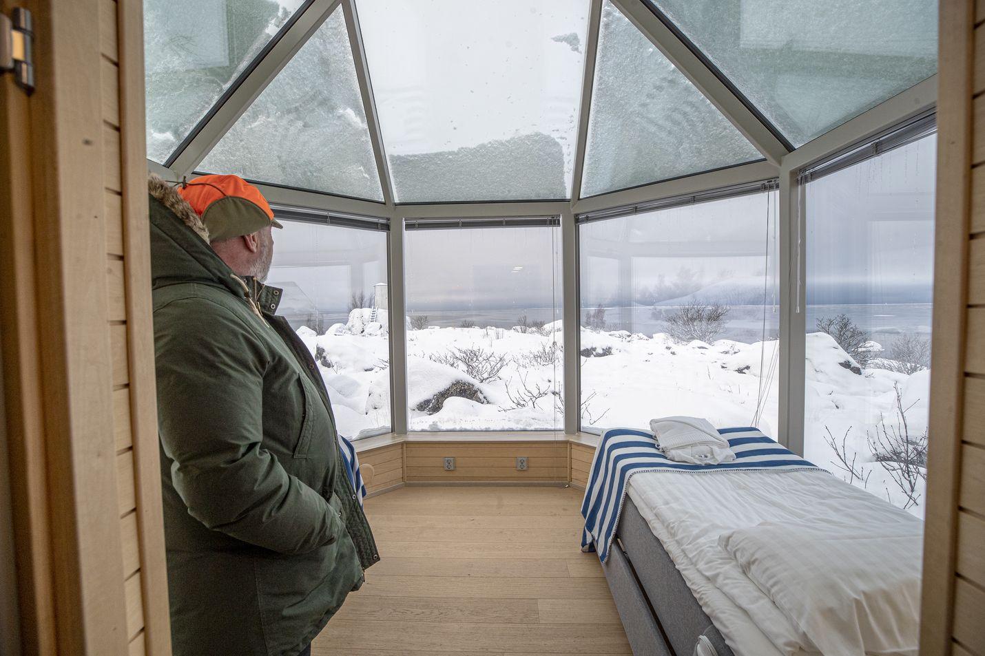 Lasitaloista avautuu näkymä Merenkurkun karuun luontoon. Vaikka mereltä tuulee jäätävästi, taloissa riittää lämpöä lattialämmityksen ja lämmitettävien lasien ansiosta.
