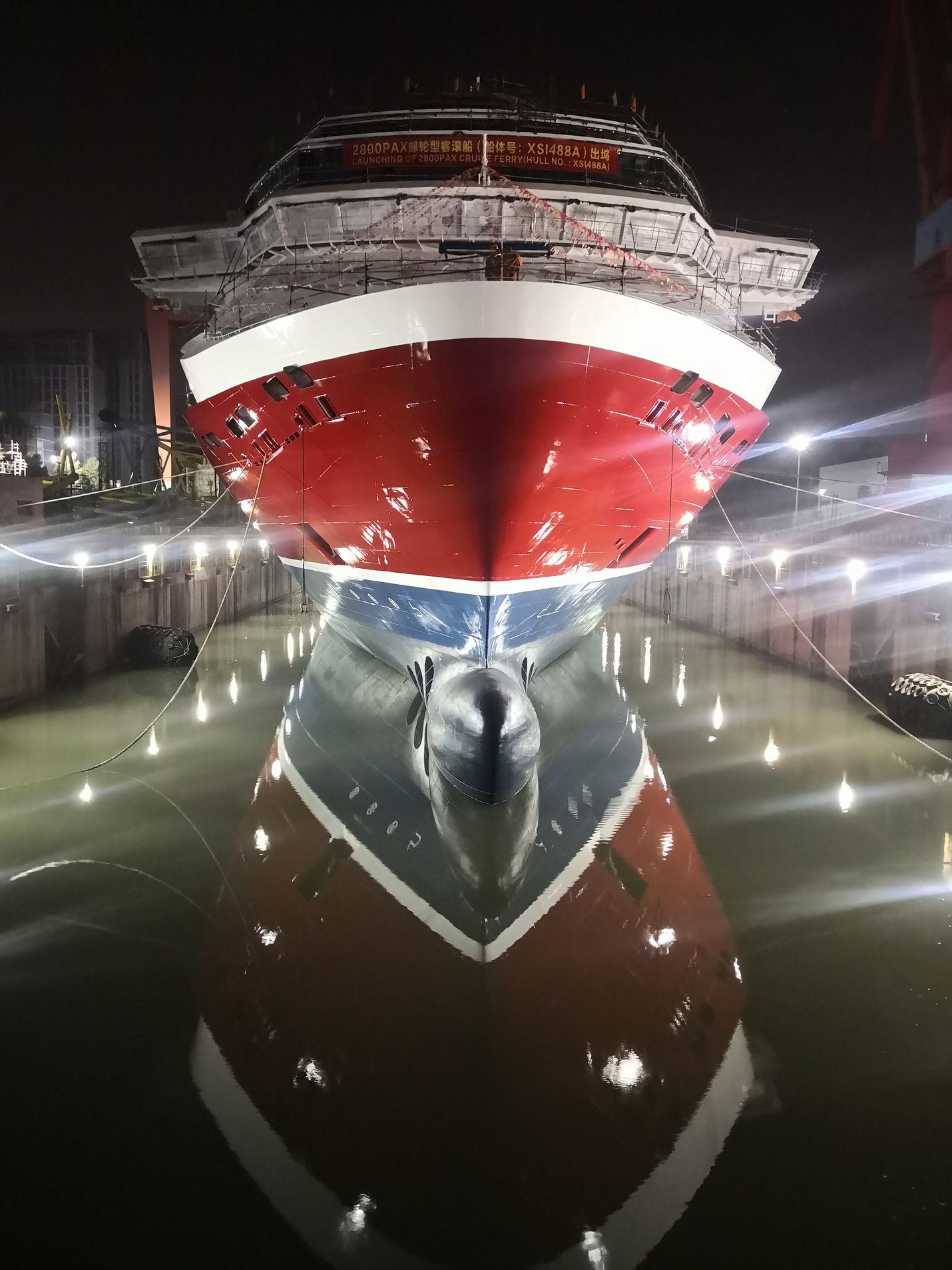 Viking Glorya lasketaan vesille XSI-telakalla Kiinan Xiamenissa.