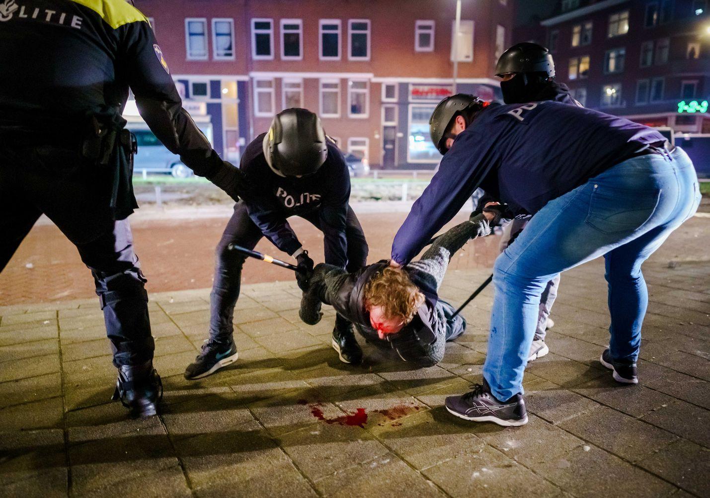 Poliisit ottivat kiinni mellakkaan osallistujan Rotterdamissa maanantaina. Kaupungissa otettiin kiinni kuusikymmentä ihmistä, ja noin kymmenen poliisia loukkaantui.