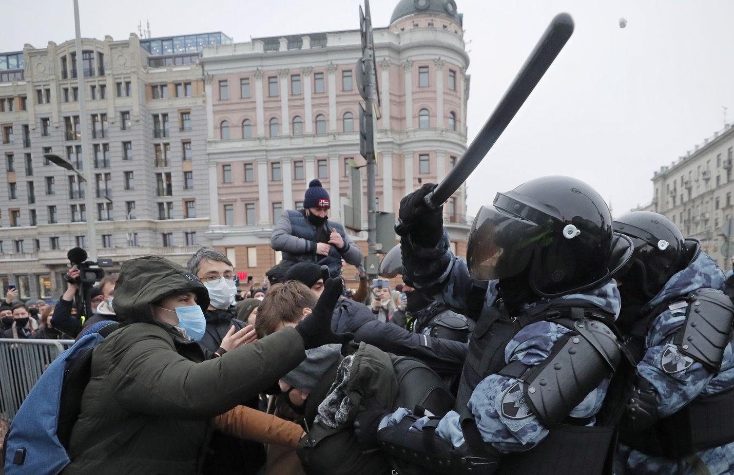 Venäjän poliisin erikoisjoukot iskivät rauhanomaisten mielenosoittajien kimppuun Moskovassa viime lauantaina.