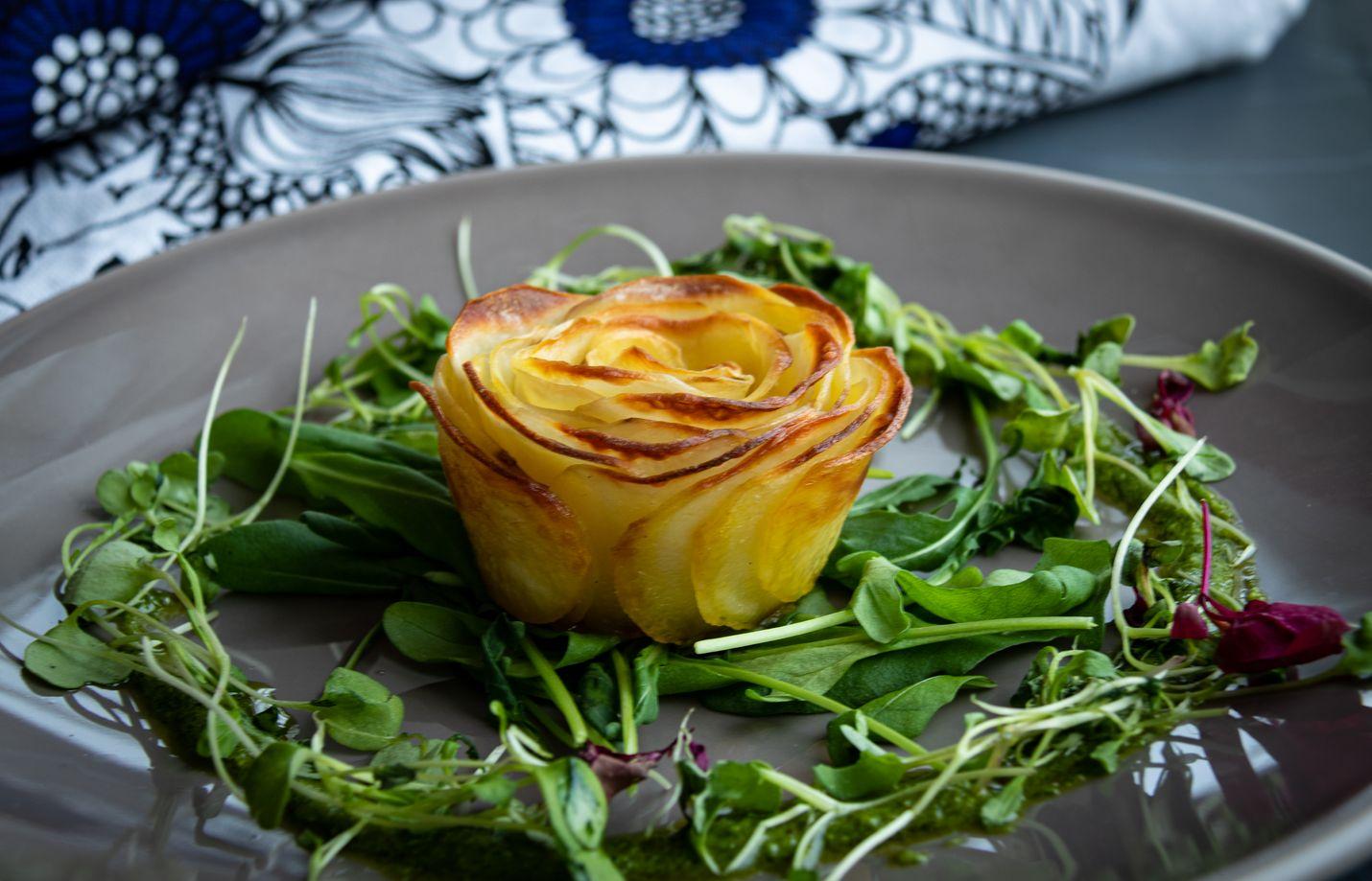 Mitä ohuemmat siivut, sitä helpompi perunaruusu on koota muffinssivuokaan. Kaunis ruusu on aterian katseenvangitsija.