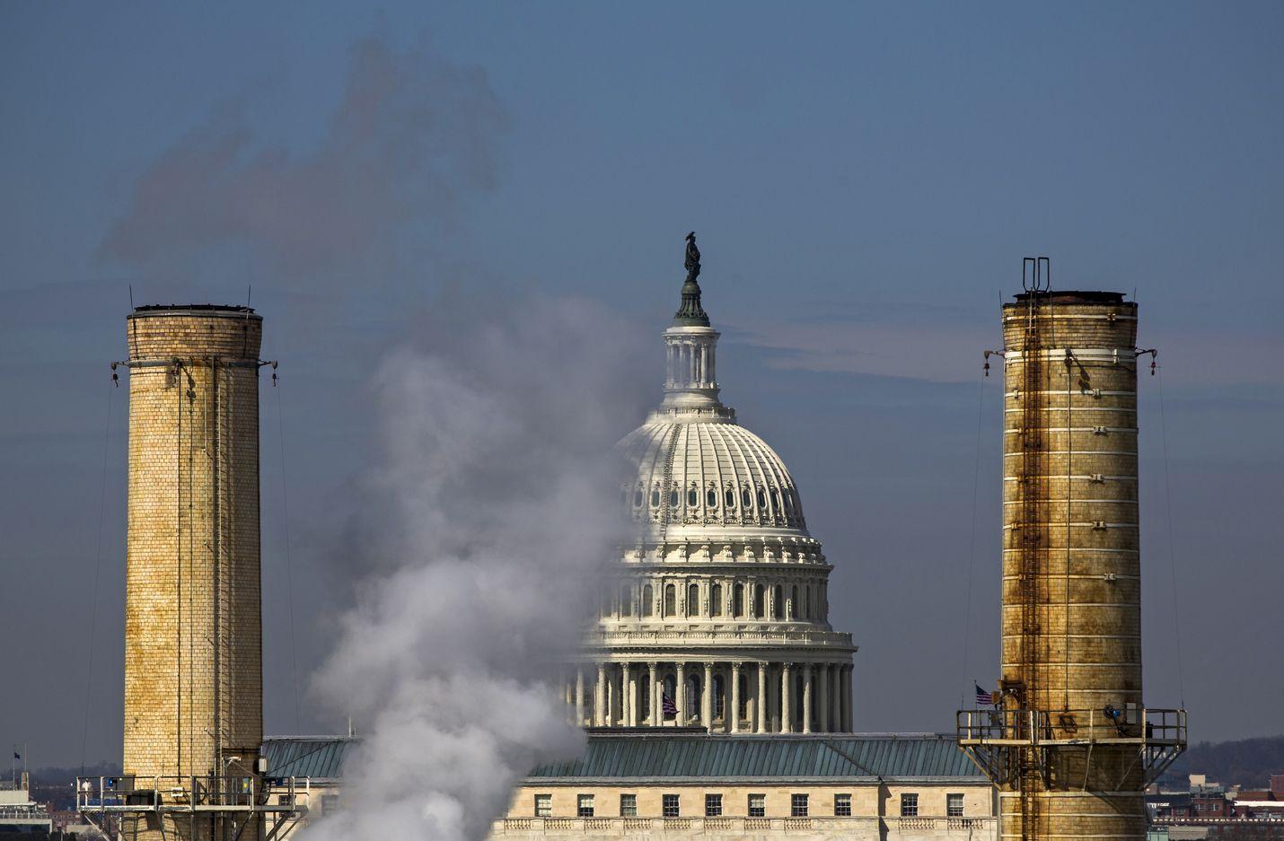 Yhdysvaltain kongressirakennuksen kupoli näkyy Washingtonin ainoan hiilivoimalan savupiippujen takaa. Yhdysvalloissa 65 prosenttia kyselyyn vastanneista on sitä mieltä, että nyt on kyseessä maailmanlaajuinen ilmastohätätila.