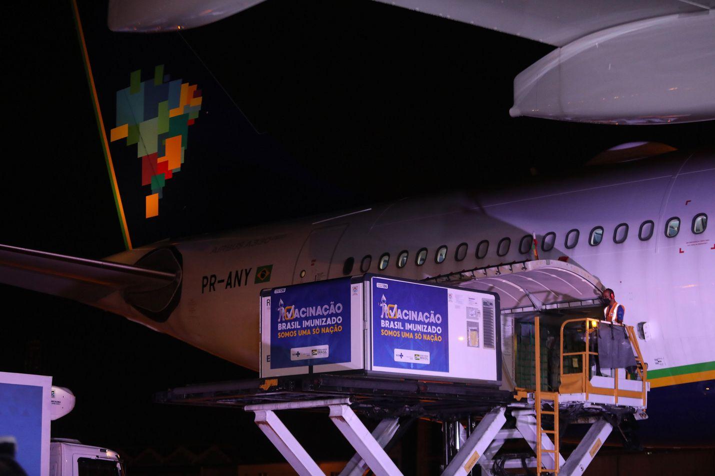 AstraZeneca on saanut jo myyntiluvan esimerkiksi Brasiliassa, joka on yksi koronaviruksesta pahimmin kärsineitä valtioita maailmassa. Perjantaina Intiassa valmistettuja AstraZenecan rokoteannoksia tuotiin Rio De Janeiron kansainväliselle lentokentälle.
