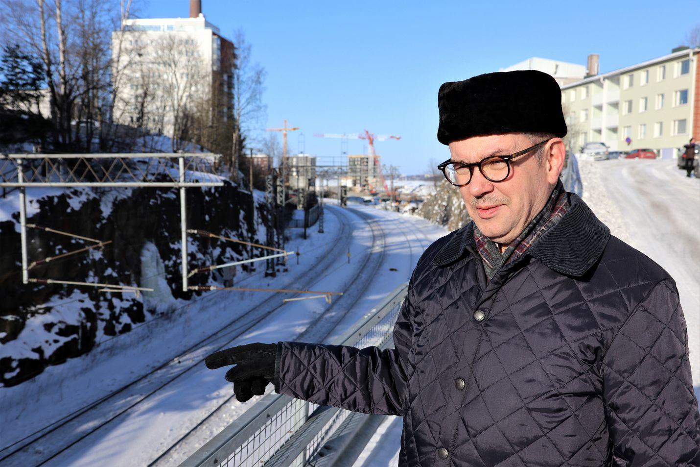 Koko raideliikennettä pitäisi käsitellä kokonaisuutena sekä henkilö- että tavaraliikenne huomioon ottaen, professori Jorma Mäntynen sanoo.