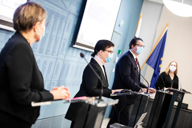 Viikoittaisessa tilannekatsauksessa puhuivat torstaina osastopäällikkö Tuija Kumpulainen (vas.) ja strategiajohtaja Liisa-Maria Voipio-Pulkki STM:stä sekä THL:n johtaja Mika Salminen.