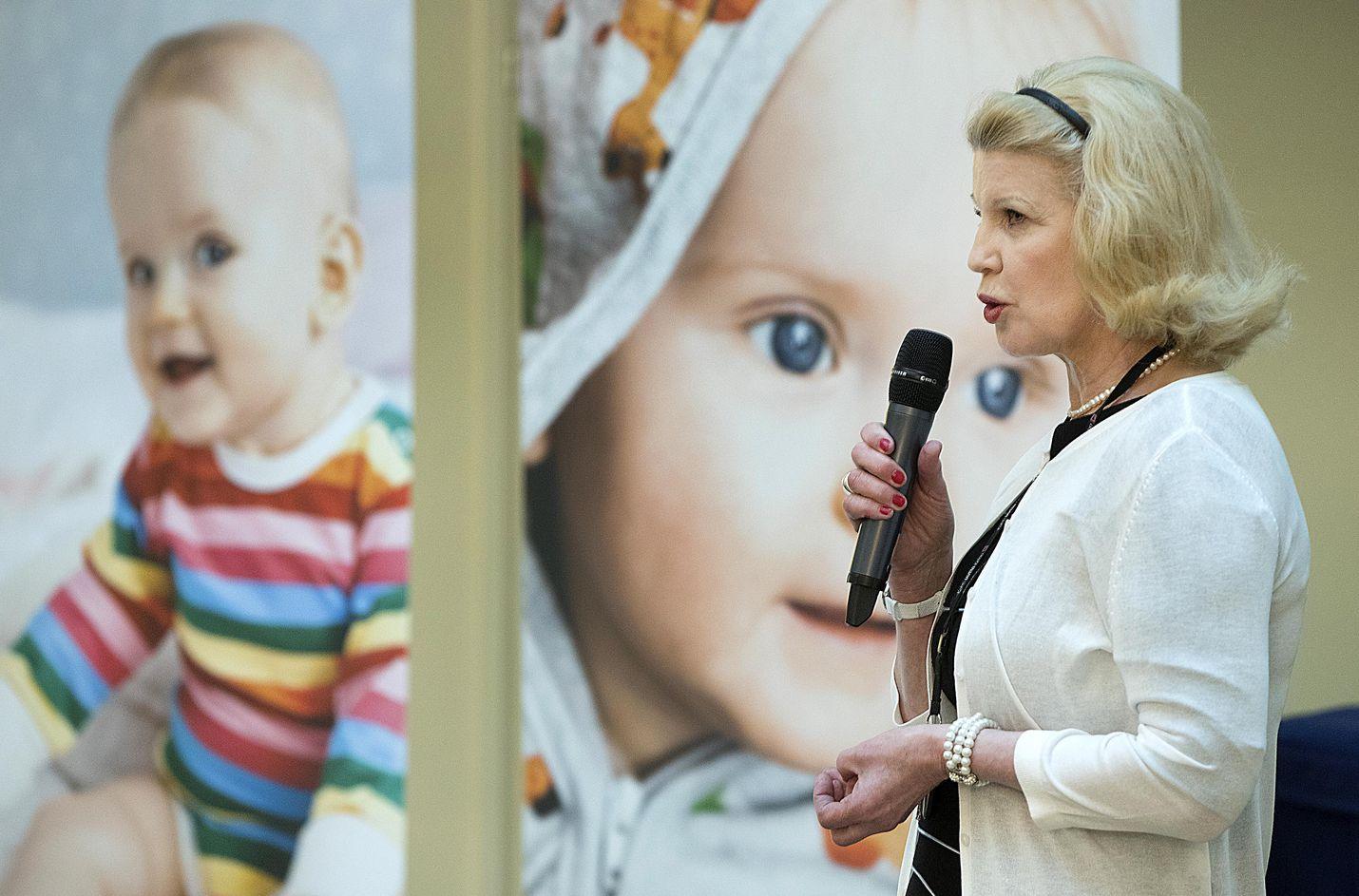 Elli Aaltonen työskenteli Kelan pääjohtajana vuoden 2017 alusta vuoden 2019 loppuun saakka. Vuonna 2017 juhlittiin 80-vuotiasta äitiyspakkausta.