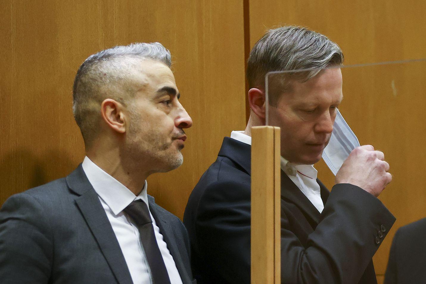 Murhasta tuomittu Stephan Ernst (oik.) riisui kasvomaskin oikeussalissa ennen kuin hänen tuomionsa luettiin.