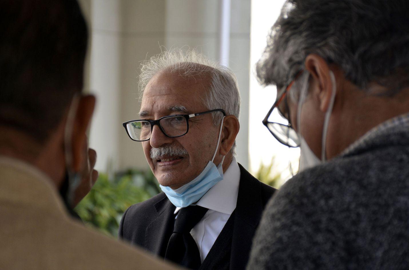 Ahmed Omar Saeed Sheikhin asianajaja Mehmood Ahmed Sheikh poistumassa torstaina korkeimmasta oikeudesta sen jälkeen, kun tuomarit olivat vapauttaneet neljä syytettyä.