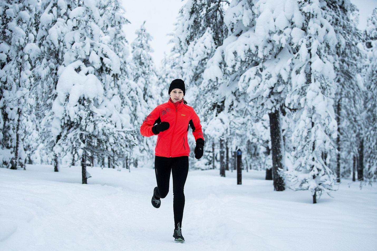 Rovaniemeläinen Heidi Rantanen juoksee kesät talvet, mieluiten poluilla. Juoksun pakkasrajana hän pitää -15 astetta. Sitä kylmemmällä juokseminen rasittaa liikaa hengityselimiä.  Hiihtämässä käyn vielä pari, kolme astetta kovemmalla pakkasella, Rantanen sanoo.