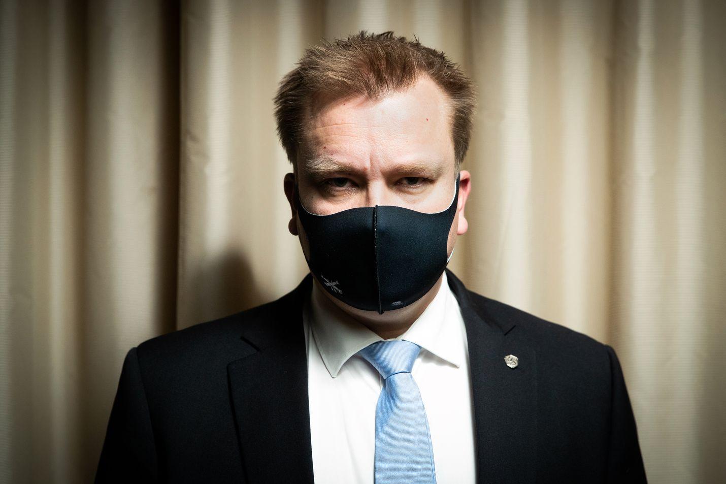 Puolustusministeri Antti Kaikkosen mukaan pitäisi pohtia, voitaisiinko siviilipalvelusta suorittavia käyttää virka-aputehtäviin. Nykyinen laki estää sen.