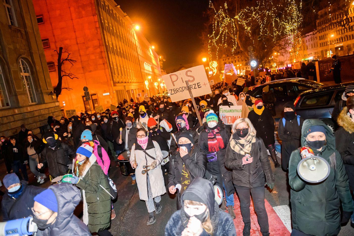 Ihmiset protestoivat torstaina aborttilainsäädännön tiukennusta vastaan Poznanin kaupungissa Puolassa.