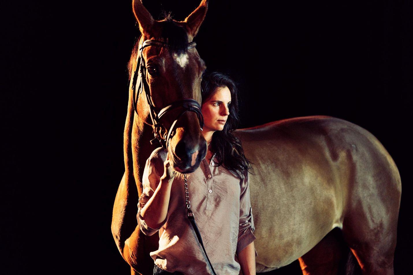 Jaanan (Olga Temonen) elämää ovat hevoset ja lapset, kunnes vakava onnettomuus vie kaikelta pohjan.