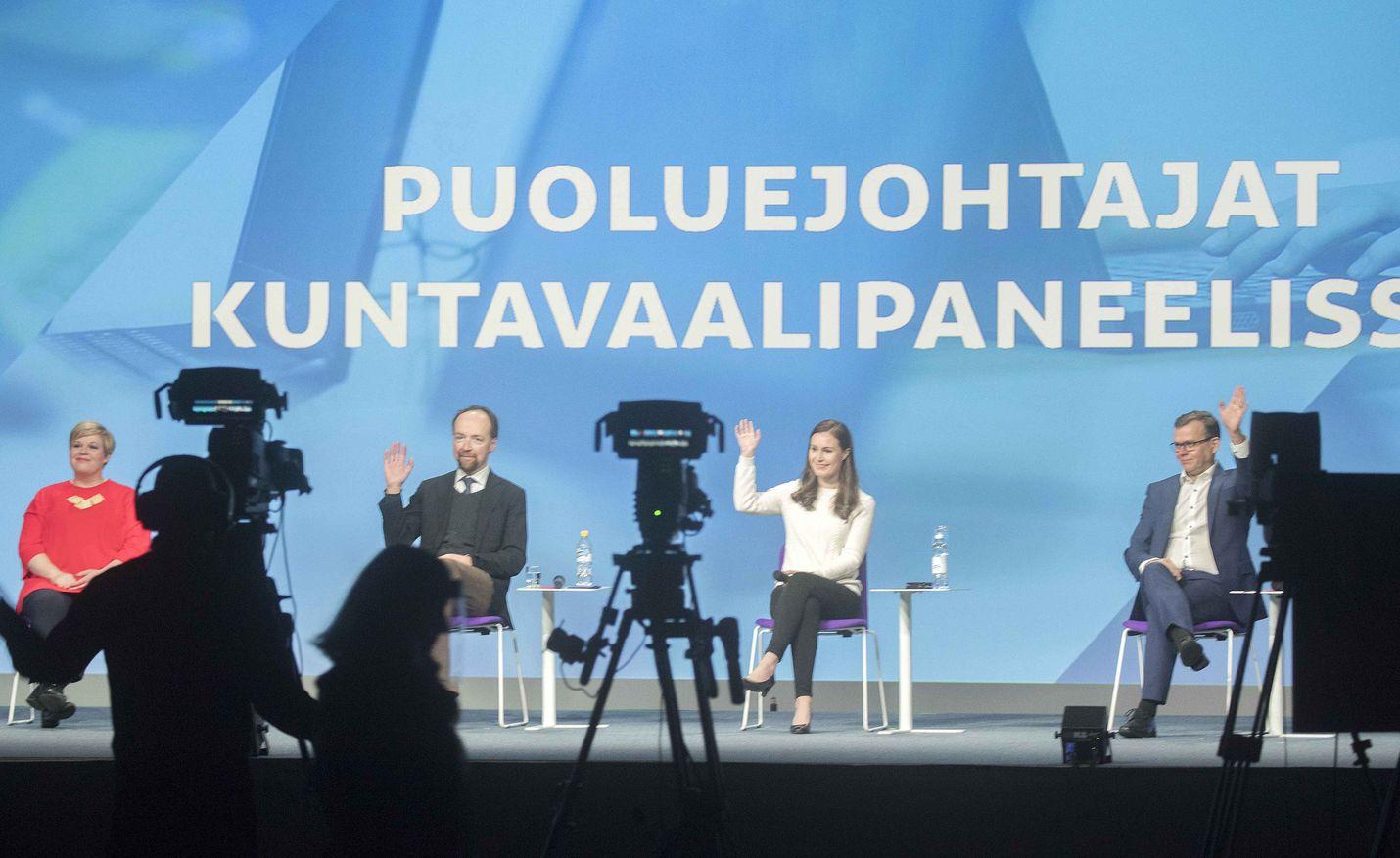 Puoluejohtajat kohtasivat koulutuskeskustelussa Helsingissä lauantaina. Turvavälit pitävät Annika Saarikon, Jussi Halla-ahon, Sanna Marinin ja Petteri Orpon tarpeellisen etäällä toisistaan.