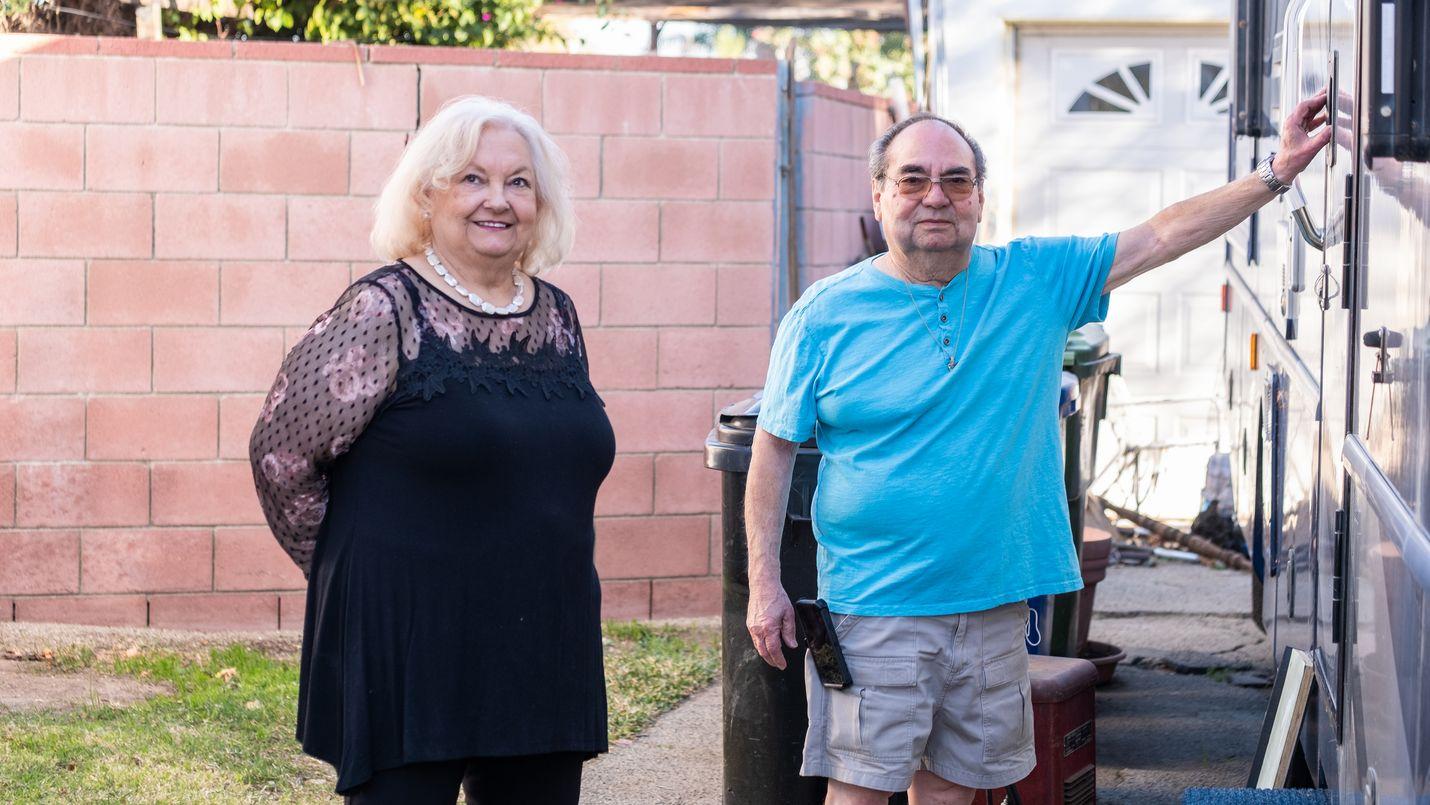 Edna ja Bob Vanegas harrastavat asuntoautolla retkeilyä autiomaassa.