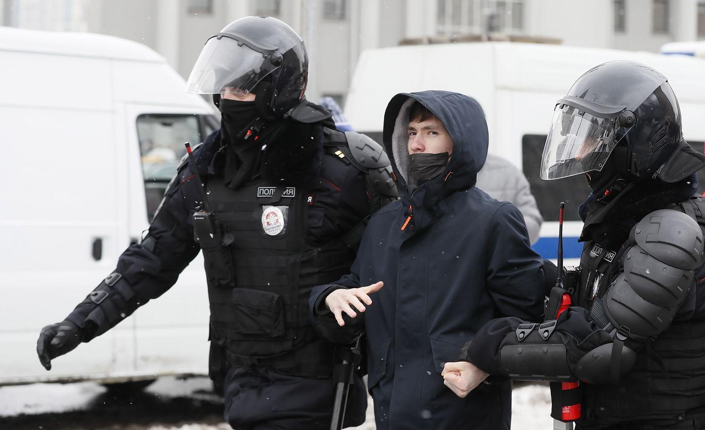 Poliisi on ottanut Navalnyin tukijoita kiinni ja tehnyt kotietsintöjä.