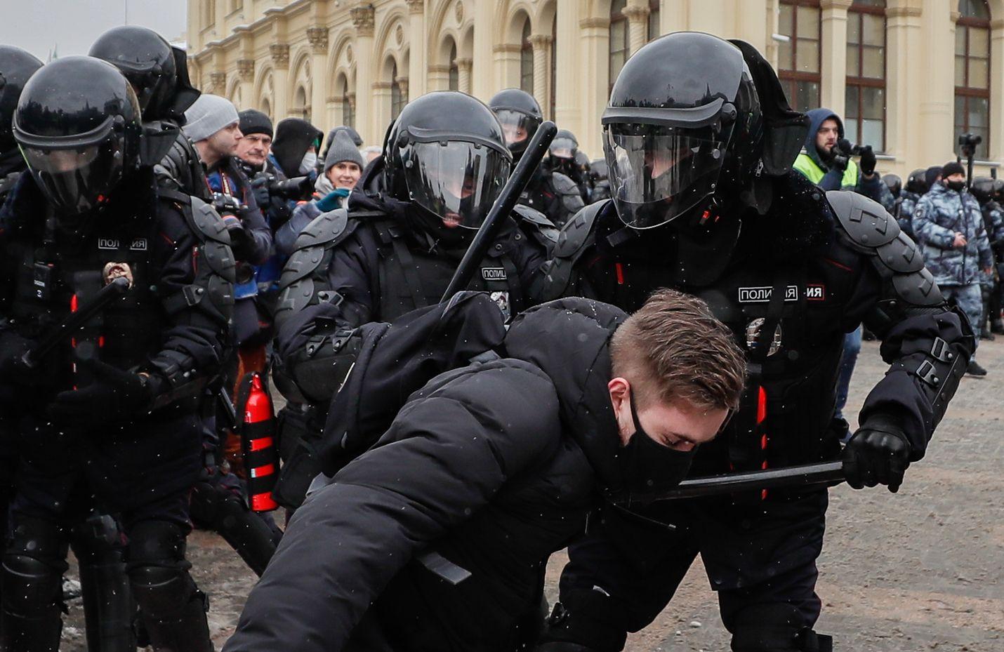 Poliisi pidätti mielenosoittajan Moskovassa sunnuntaina. Iltapäivällä pidätettyjä oli lähes yhtä paljon kuin viime viikonlopun protesteissa.