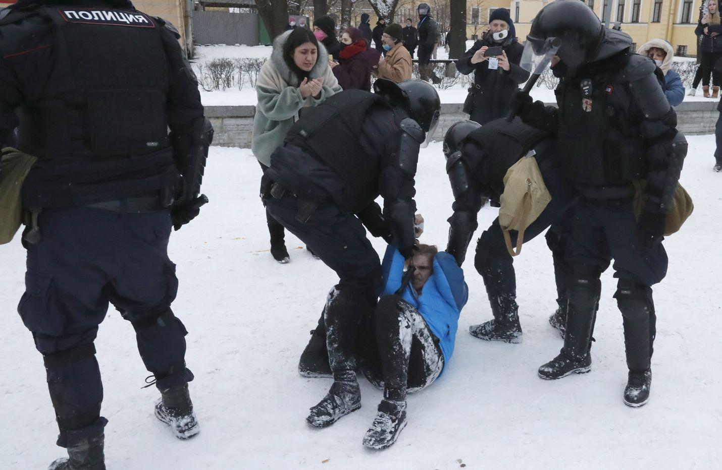 Poliisi retuutti ja pieksi mielenosoittajaa Pietarissa sunnuntaina.