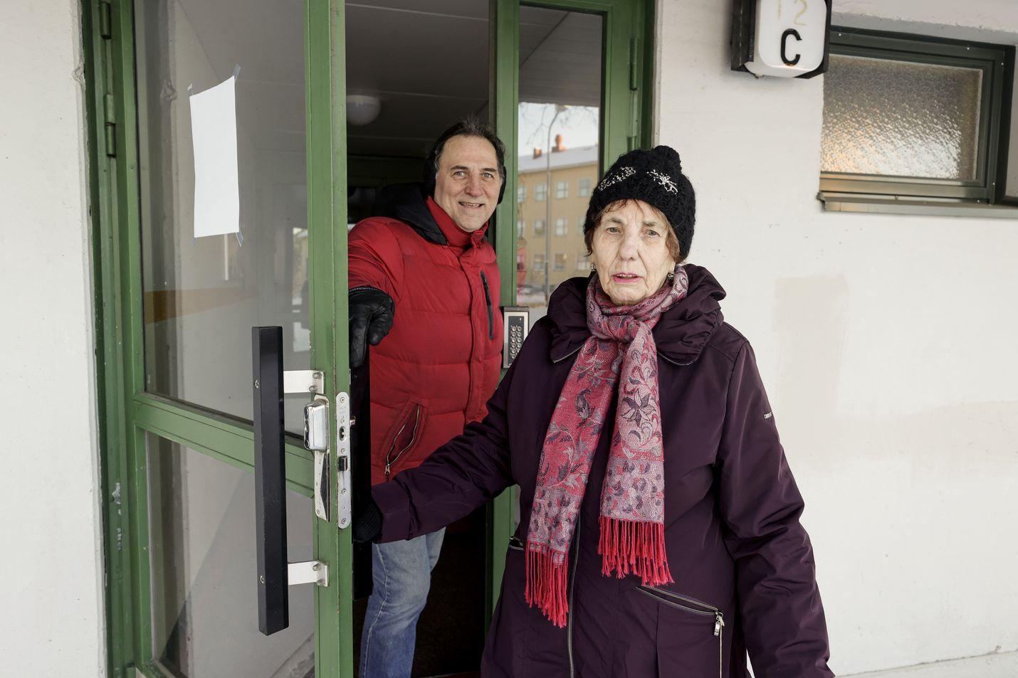 Marja-Liisa Orava elää tyytyväisenä nykyisessä kodissaan, jossa ei haise tupakka. Hänen poikansa Pasi Orava toimii taloyhtiöiden hallituksissa itsekin ja tietää, että tupakointi on kautta linjan vähentynyt. Kun ongelmia tulee, ne otetaan entistä herkemmin puheeksi.