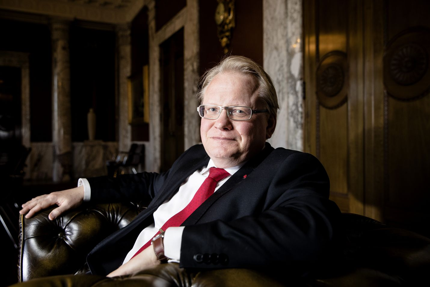 Ruotsin puolustusministeri Peter Hultqvistin mukaan maa pysyy liittoutumattomana ja syventää puolustusyhteistyötä Suomen kanssa. Hultqvistin äiti on kotoisin Kuusamosta ja siirtyi Ruotsiin sotalapsena.