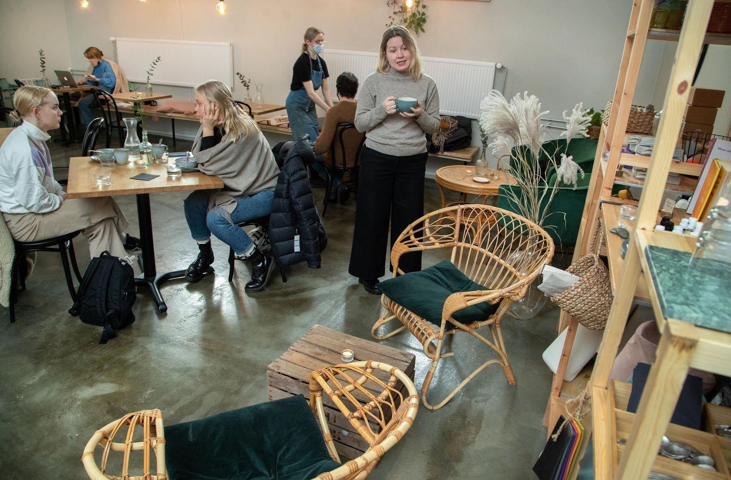 Arkkitehti ja sisustussuunnittelija Saara Koljonen on vastannut Roots Helsingin sisustuksesta. Hän antaa erityistä painoarvoa kahviloiden valaistukselle ja äänimaailmalle, jotta ne sopisivat erilaisiin käyttötarkoituksiin.