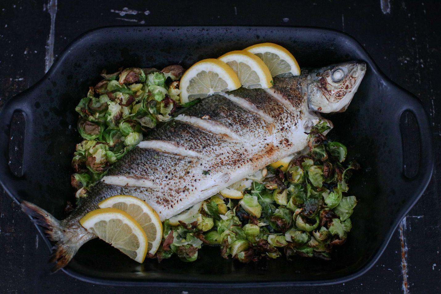 Kokonaisen kalan valmistaminen on todella yksinkertaista, eikä tuore kala kaipaa isoa maustearsenaalia tai kastikkeita. Ruusukaalisipsit tuovat annokseen rouskua.