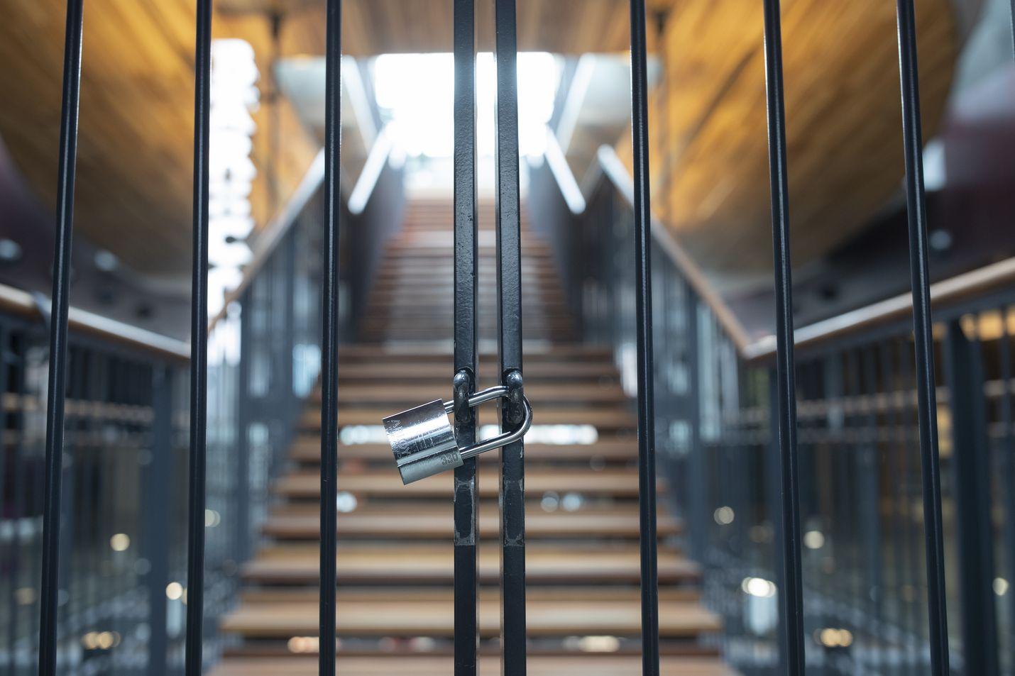 Kiinni on ja pysyy. Uudet rajoitukset sulkevat jälleen ravintoloita. Kulttuurilaitokset kuten teatteri ja keikkapaikat pysyvät edelleen kiinni.