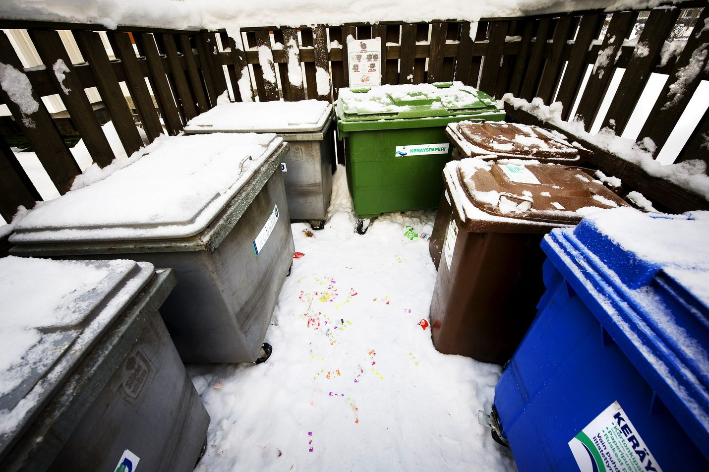 Jätehuoltomääräyksissä määritetään kunnan ja kiinteistön haltijan velvollisuudet. Pakollinen liittyminen maksullisen jätehuoltopalvelun asiakkaaksi voi tulla yllätyksenä.