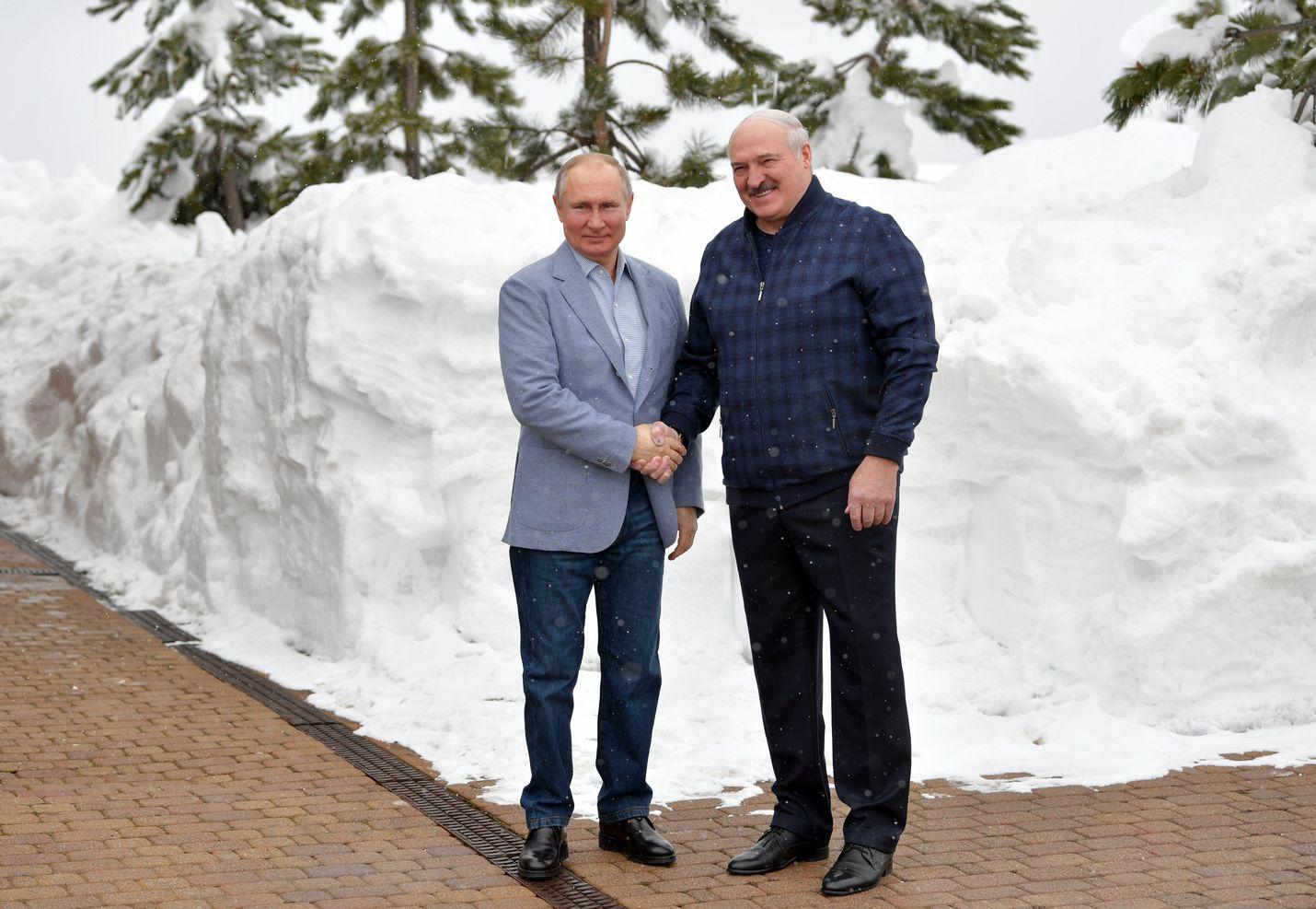 Venäjän Vladimir Putin ja Valko-Venäjän Aljaksandr Lukashenka ovat johtaneet maitaan 1990-luvulta lähtien. Matkan varrella kummallekin on kertynyt varallisuutta. Herrat tapasivat Sotshissa 22. helmikuuta.