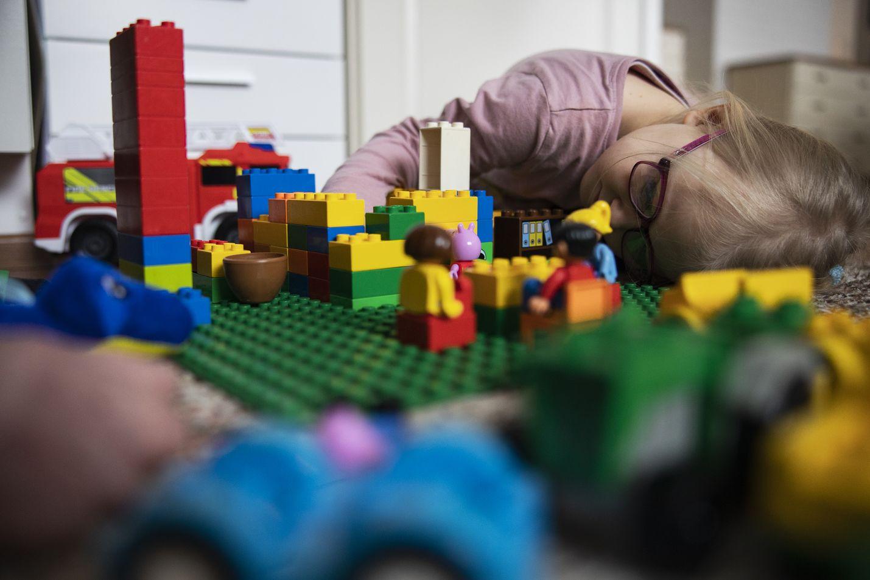 Kerttu Pellikka leikkii päiväkodissa mielellään vähän ikäistään nuorempien kavereiden kanssa, mutta kotona leikki sujuu myös yksin tai vanhempien ja sisarusten kanssa.