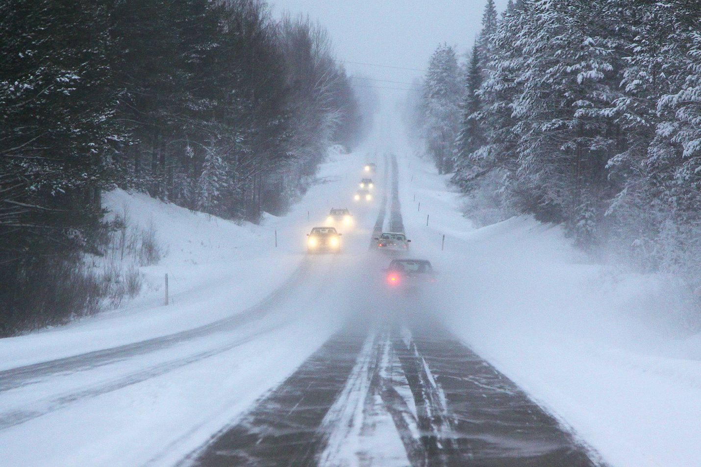 Pöllyävä lumi voi heikentää näkyvyyttä tien päällä. Nopeus on syytä asettaa  olosuhteiden mukaiseksi. Kuva  Kaisa Tanskanen Liikenneturva cd2e605a30