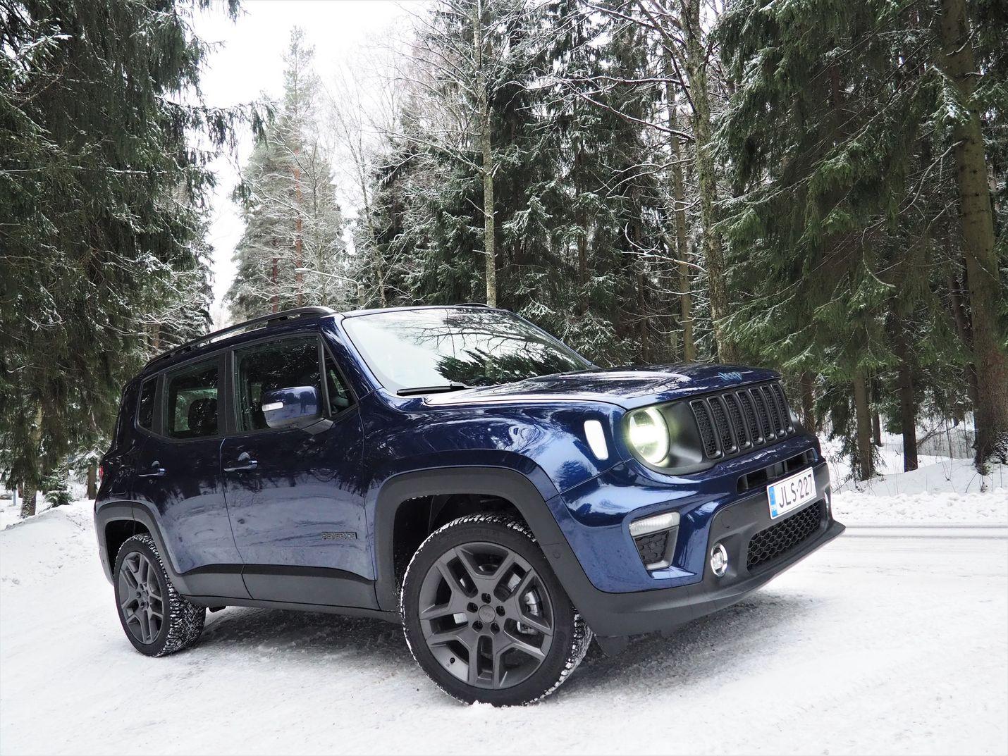 Jeep Renegaden jäyhä ulkonäkö antaa ymmärtää, että peltien alla riittää suorituskykyä niin maantielle kuin maastoonkin.