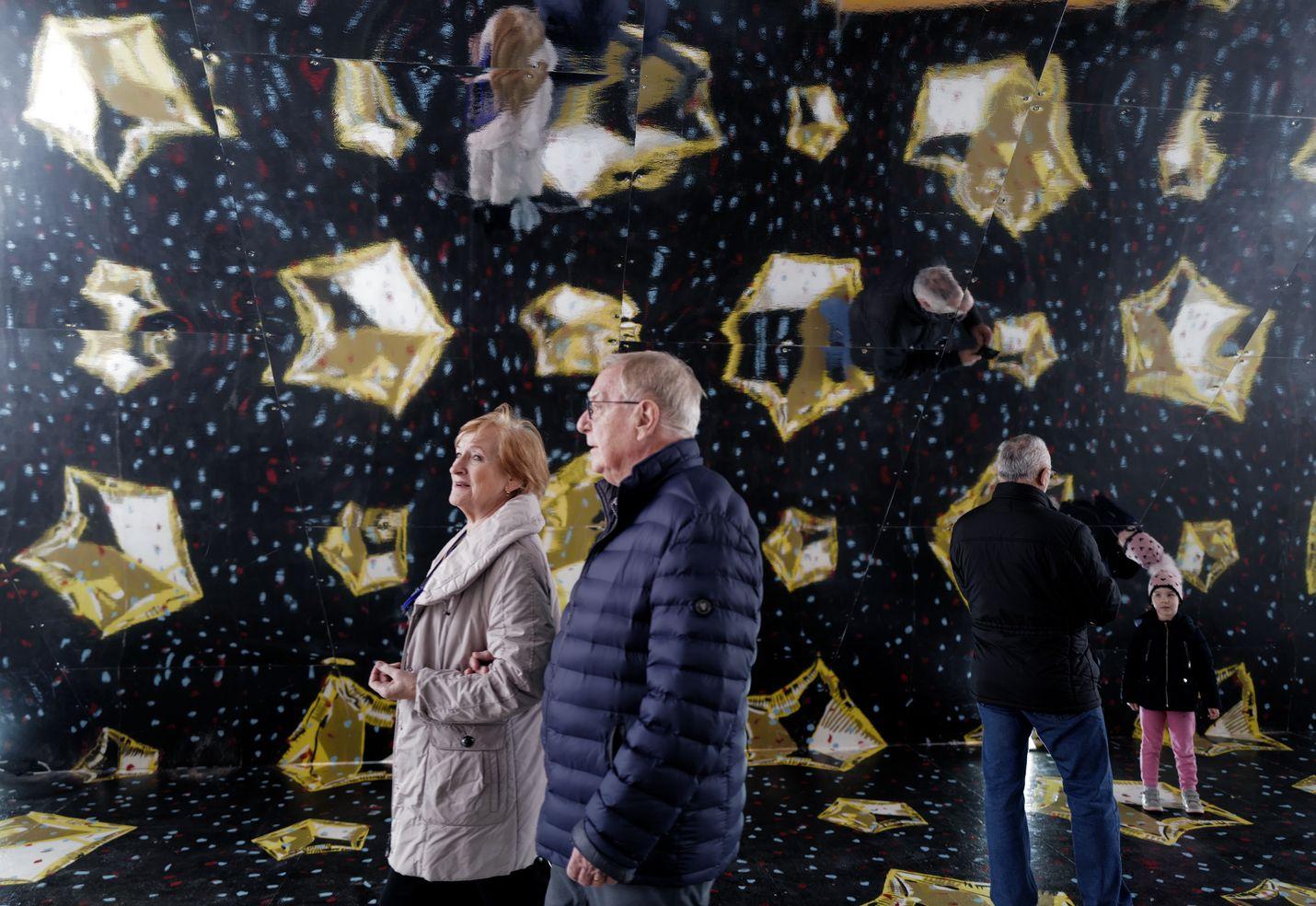 Kroatian Rijeka uudisti teollisuuskaupungin mainettaan Euroopan kulttuuripääkaupunkina. Tammikuussa 2020 kausi päästiin aloittamaan ilman koronatoimia. Ihmiset ihailivat installaatiota kadulla.