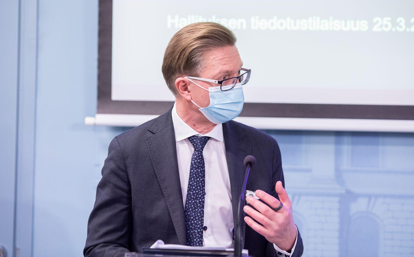 Alivaltiosihteeri Timo Lankinen esitteli tiedotustilaisuudessa maaliskuun lopussa suunnitelmia liikkumisen rajoituksista.