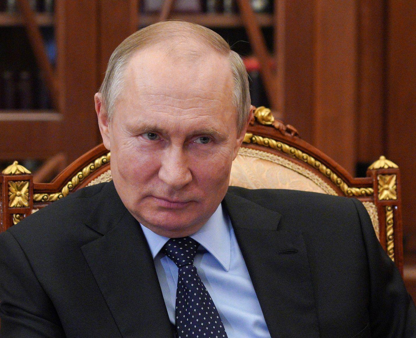 Presidentti Vladimir Putinin ilme on arvoituksellinen Kremlin virallisen kuvapalvelun välittämässä otoksessa. Putin osallistui työkokoukseen Kremlissä 6. huhtikuuta.