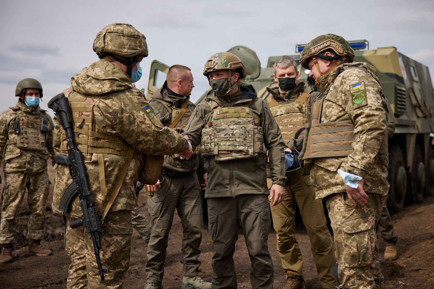 Ukrainan presidentti Volodymyr Zelenskyi (keskellä) vieraili perjantaina Itä-Ukrainassa Donetskin rintamalla tapaamassa joukkoja, jotka ovat valmiina Venäjän hyökkäyksen varalta.
