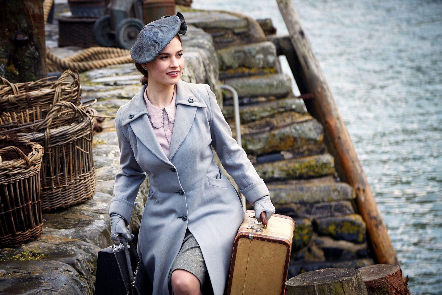 Romanttisessa draamakomediassa nuori kirjailija Juliet (Lily James) matkustaa vuonna 1946 Guernseyn saarelle tutkimaan elämää saksalaismiehityksen aikana.