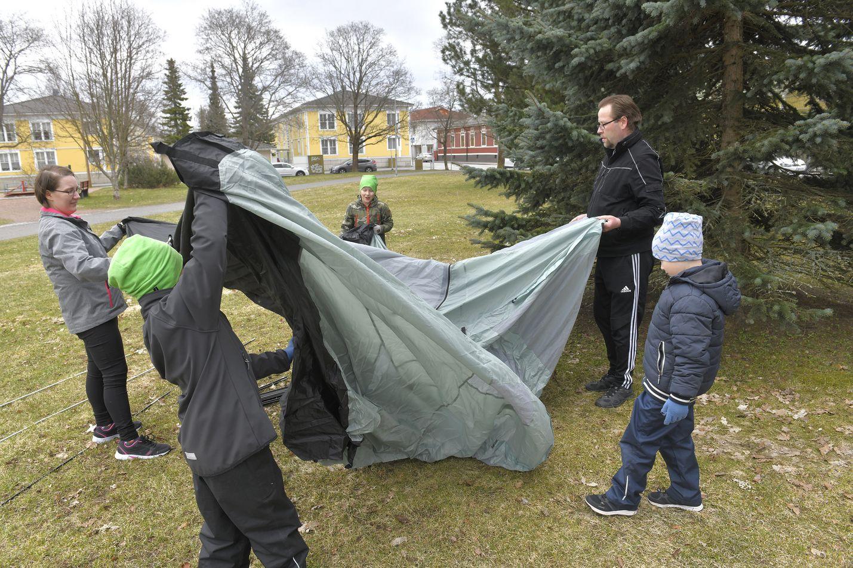 Susanna ja Marko Hietikko sekä pojat Jesse, Jami ja Axel ovat telttailleet kaksi kesää peräkkäin.  Pojat ovat kyselleet koko talven, milloin aloitetaan telttailukausi, Susanna Hietikko nauraa. Teltan kunto tarkistettiin kotipihassa Porissa ennen vappua.