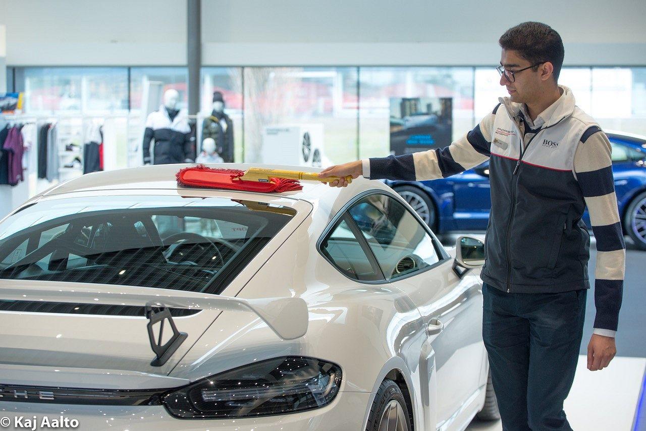 Jönköpingin Porsche-myymälässä autojen pitää kiiltää. Dev Joshi pyyhki pölyjä uutukaisen Porsche GT4:n katolta.