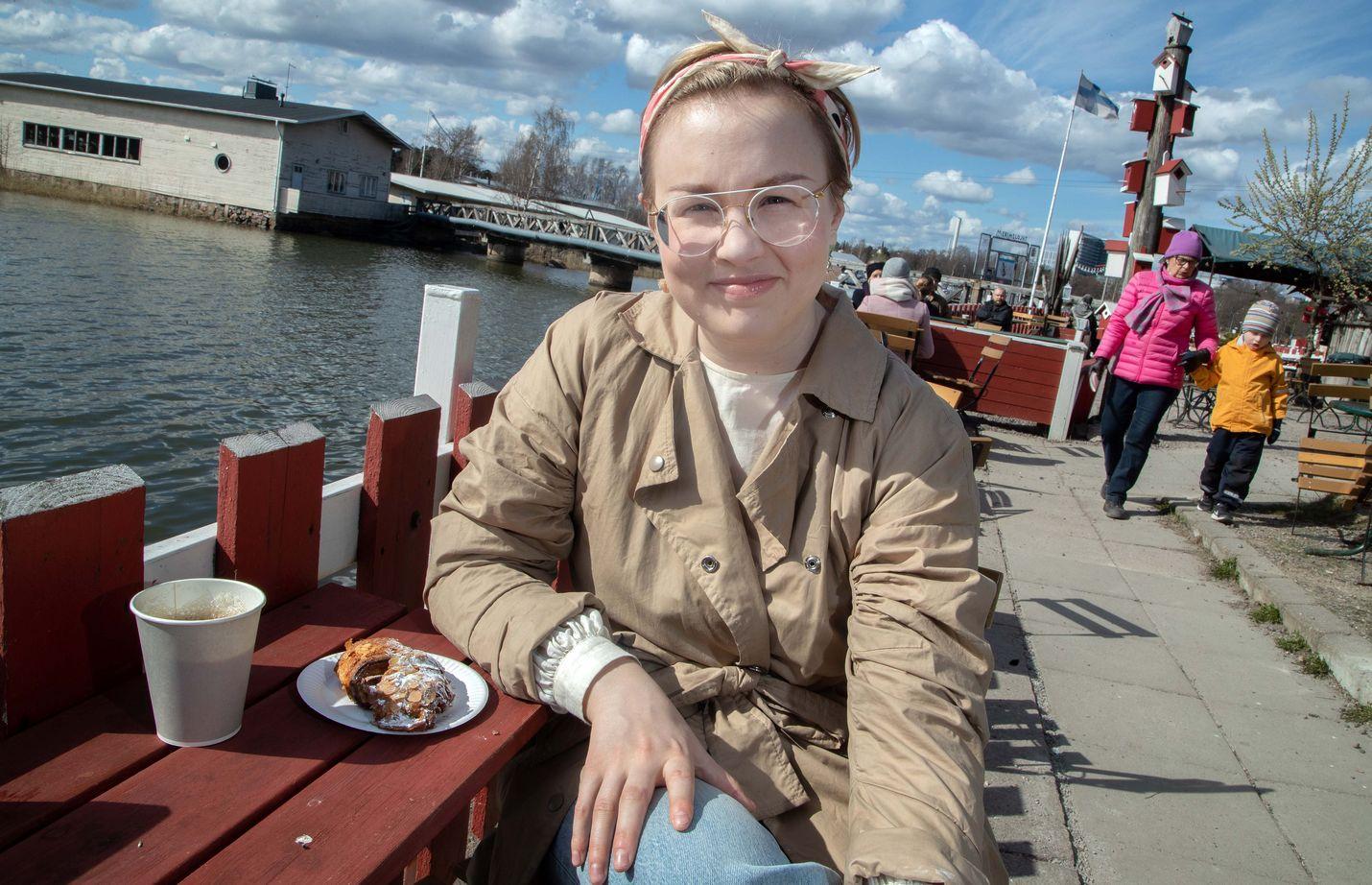 Lääkäri Anni Saukkola suhtautuu joustavasti syömiseen ja liikkuu voimavarojen mukaan. Makeita herkkujakin voi syödä sopivasti vaikka kahvila Regatan terassilla Helsingissä.