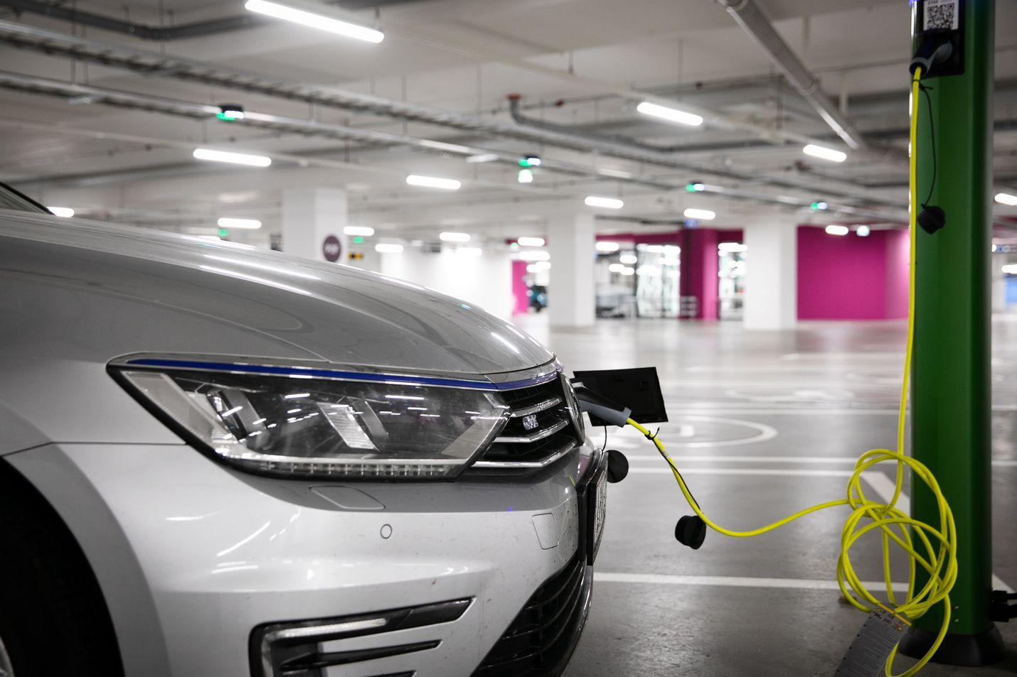 Hallituksen tavoitteena on, että Suomessa olisi vuonna 2030 noin 700 000 sähkökäyttöistä henkilöautoa.