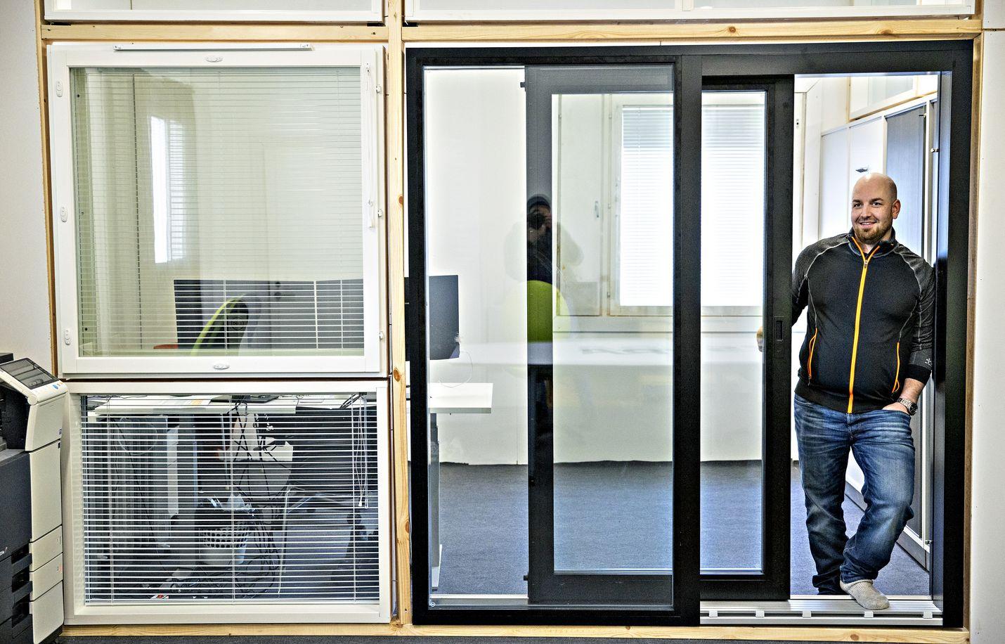 Isot ikkunat ja lasiovet ovat nyt suosittuja. Mustia kehyksiä ostetaan paljon, mutta valkoisilla on aina kannattajansa. Ikkunoita esittelee Fenestran myyntipäällikkö Tomi Weckman.