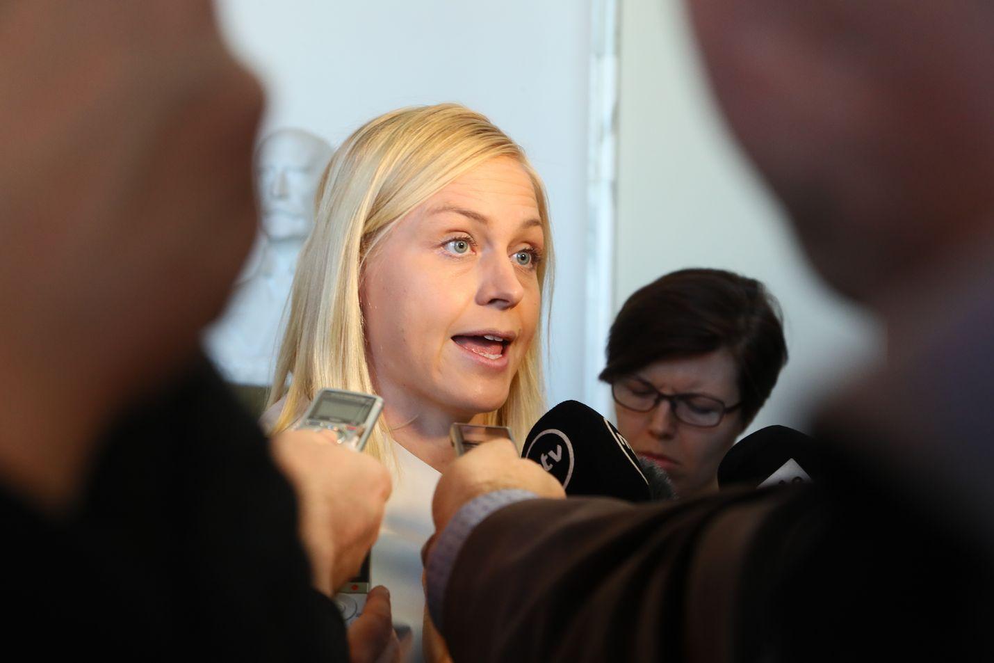 Elina Valtonen teki julkisuudessa töitä kokoomuksen kannan muuttamiseksi.