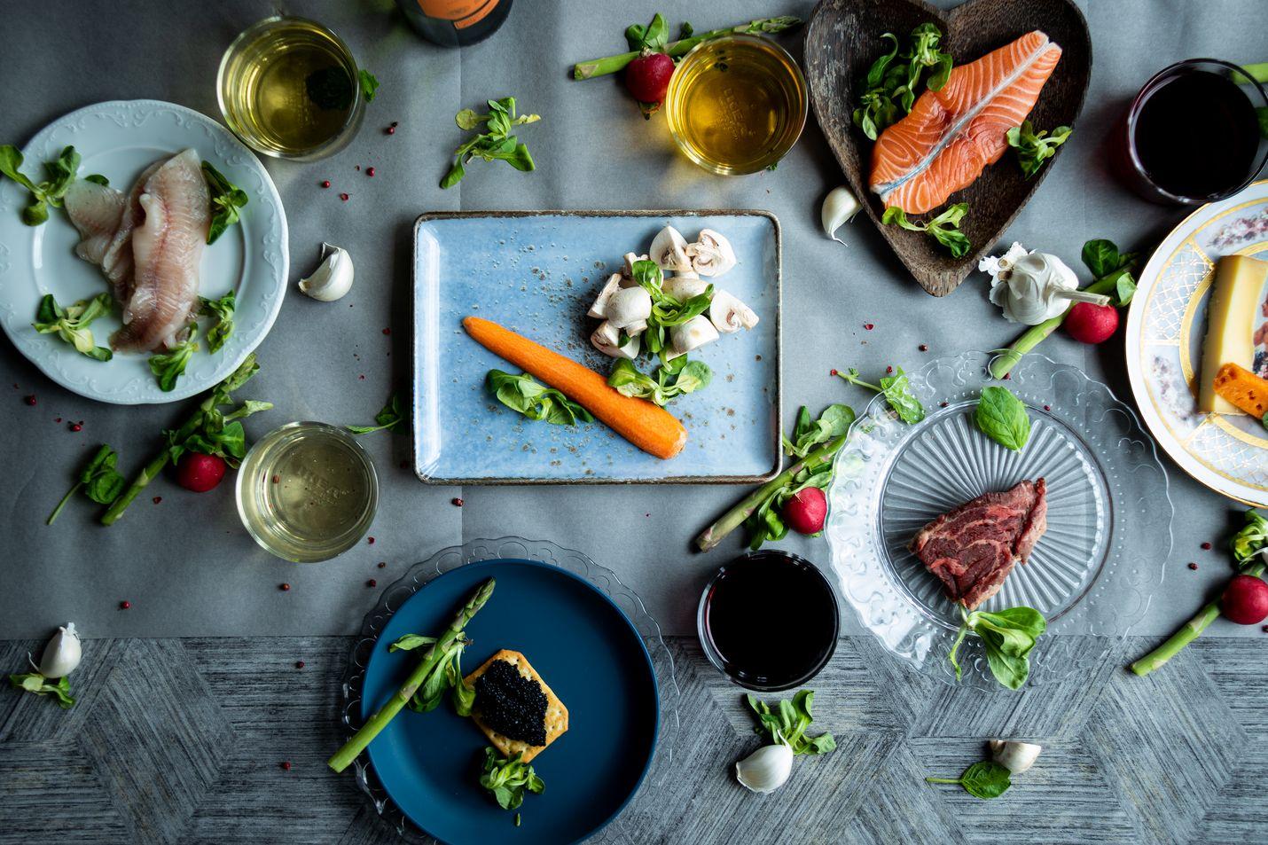 Kokeile estottomasti esimerkiksi pehmeää ja vähätanniinista Pinot noir -rypäleestä valmistettua punaviiniä kasvisten, kalan ja kanan kanssa tai itävaltalaista Grüner veltlaineria possunfileen kera. Kuohuviini sopii melkein kaikelle ja roseekin yllättävän monelle ruoalle.