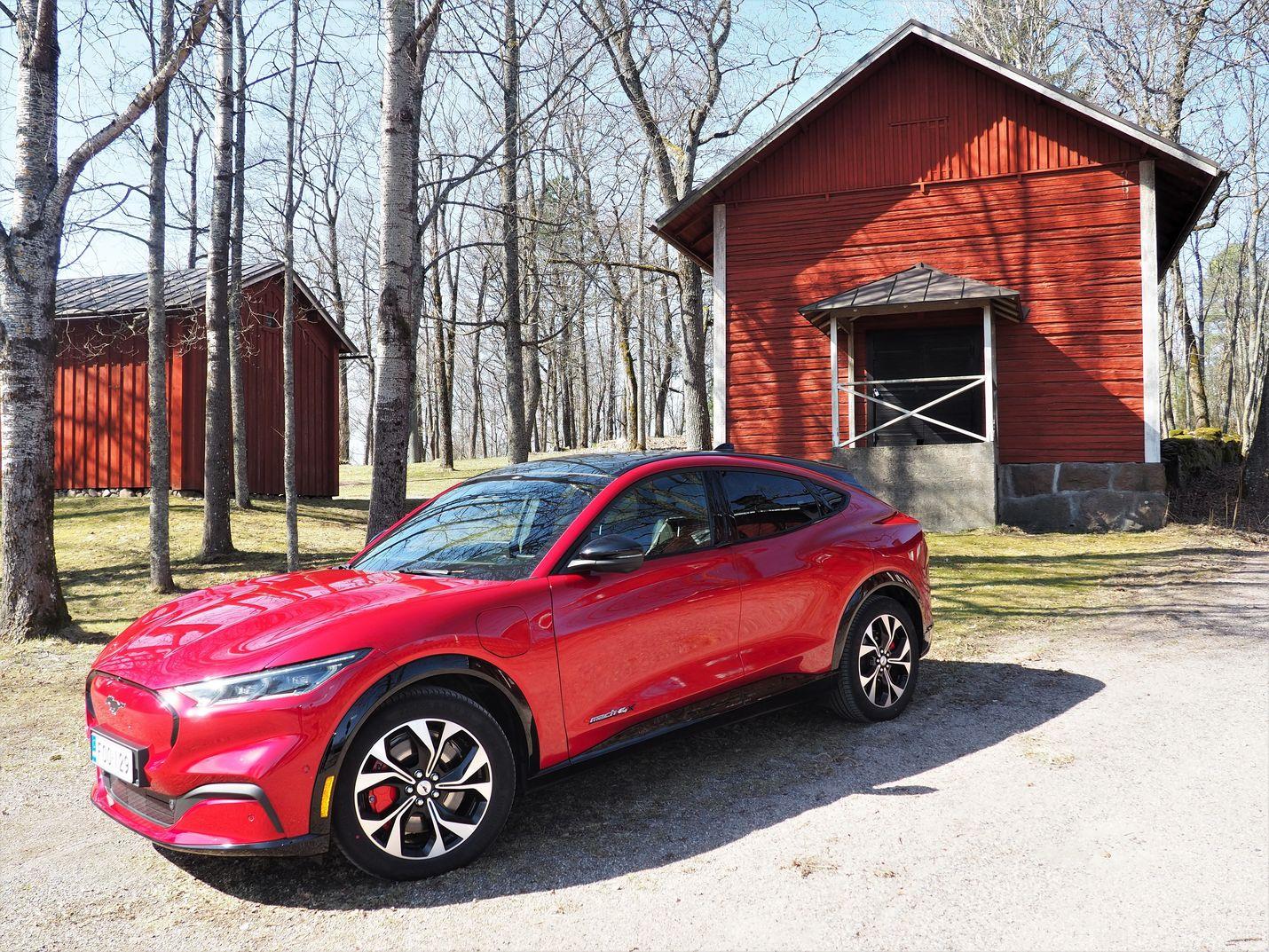Mustang Mach-e:n korimuotoilu vaikuttaa tutulta, vaikka auto onkin enemmän katumaasturi kuin varsinainen urheilumalli.