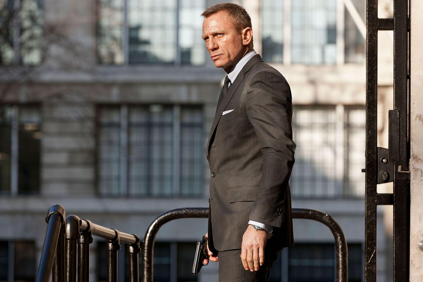 Kaikkien aikojen menestyneimmässä Bond-seikkailussa 007:n lojaalius joutuu koetukselle.