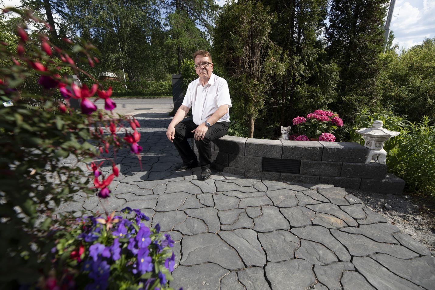 Raimo Helanderin pihalla on kokoa yli tuhat neliötä ja valtaosa on nurmikolla. Kivetystä laitettiin vain etupihalle. Siitä tuli tyylikäs käyntikortti kodille.