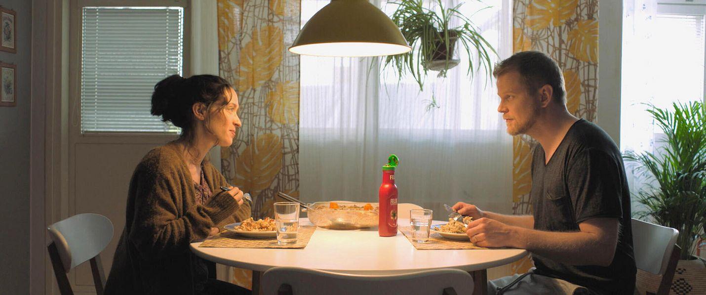 Lotossa jättipotin voittanut Eevi Puttonen (Elsa Saisio) työskentelee kauneushoitolassa ja elää vaatimattomasti miehensä Karin (Antti Luusuaniemi) kanssa. He sopivat, että jatkavat toistaiseksi elämää kuten ennenkin, eivätkä kerro voitosta muille.