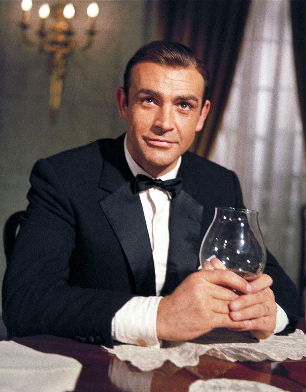 Salainen agentti 007 kohtaa liikemies Auric Goldfingerin eli Kultasormen.