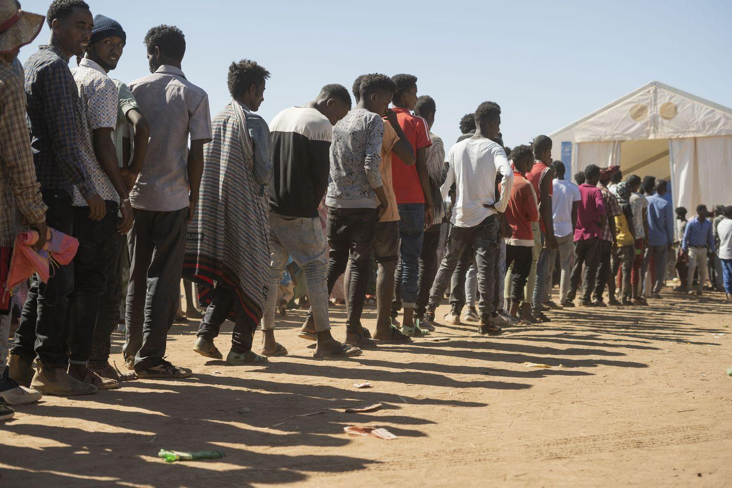 Väkivaltaisuudet ovat ajaneet kymmenet tuhannet Tigrayn alueen asukkaat pakolaisiksi. Kuvan ihmiset jonottavat apua pakolaisleirillä Sudanissa.