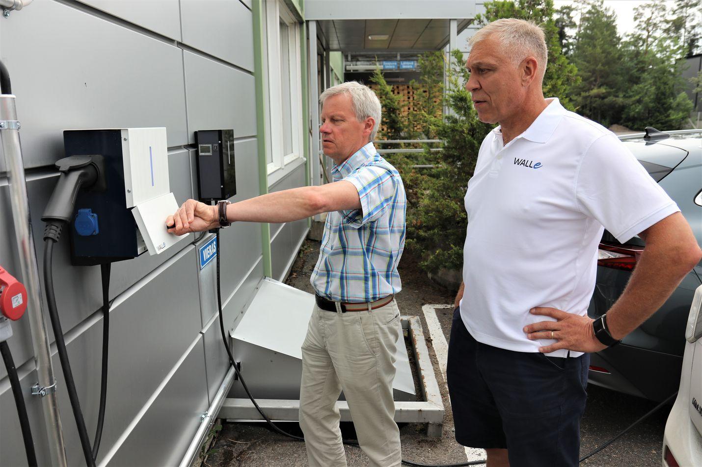 Sähköauton lataamisen pitää onnistua niin yhteiskäytössä kuin yksityiskodissa. Toimitusjohtaja Jouni Lindroos (vas.) ja myyntijohtaja Ari Tikakoski esittelevät Trafomicin Walle-latauslaitteita.